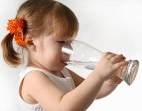 Sa ujë duhet të pinë fëmijët në verë