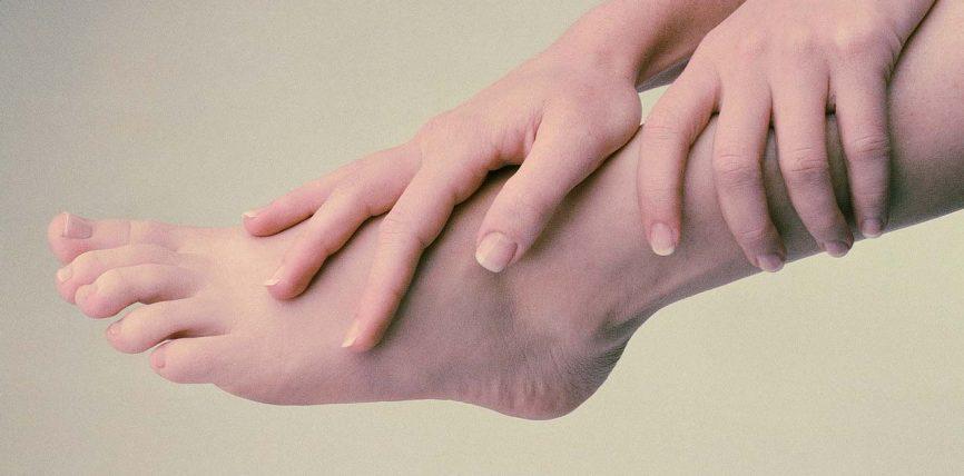 Gjethe dafine dhe ujë, gjithçka që ju duhet për të shëruar këmbët e ënjtura