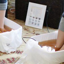 Kjo eshte 'aqua foot detox' nje menyre e detoksikimit te trupit tone