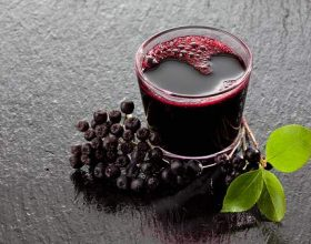 Kjo është pija më e shëndetshme që keni dëgjuar ndonjëherë: Bëni një shurup në shtëpi nga aronia!