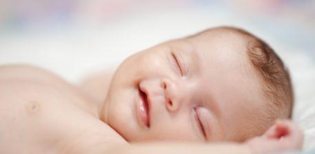 Ja pse qesh bebja juaj deri sa është në gjumë