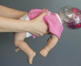 Ja pse nuk duhet të tronditni foshnjën tuaj (Foto lajm)