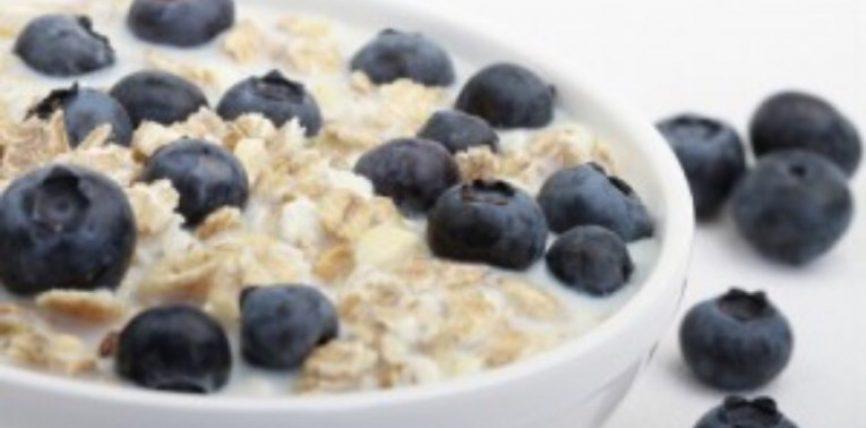 Kos me arrë kokosi dhe boronica, mëngjesi i duhur për të nisur ditën shëndetshëm
