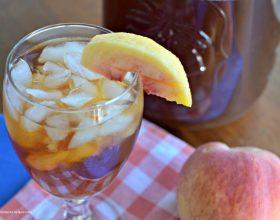 Çaj i ftohtë: Zëvendësimi ideal për ujin gjatë ditëve të verës