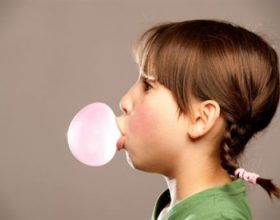 Çfarë ndodh kur gëlltitni çamçakëz?