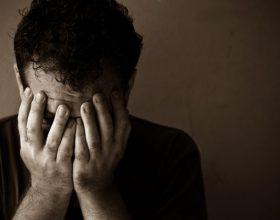 Si të sillemi me njerëzit e dëshpëruar që janë gjithmonë të mërzitur: Këshilla psikologësh