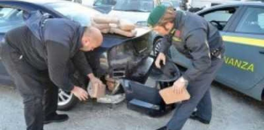 Arrestohet shqiptarja me 43 kg marihuanë të fshehur në veturë