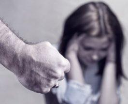 Pse burrat abuzojnë dhe godasin gratë?