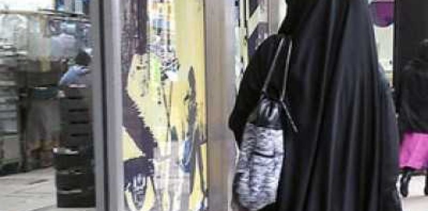Dhuna fetare: Dy francez sulmojnë një vajzë myslimane