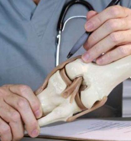 Doktorët ortopedë: Kjo substancë shkatërron kockat dhe ju vazhdoni ta pini çdo ditë!