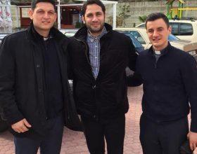 Kleriku katolik pasi e kishtë parë në Tv dhe rrjetet sociale Elvis Naçin ai e takon atë rastësisht gjatë një udhëtimi në Shqipëri! Ai shprehet se…