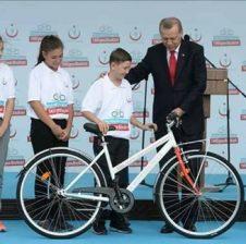 Erdogan: Biçikletë falas për çdo fëmijë që fal namazin e sabahut në Xhami