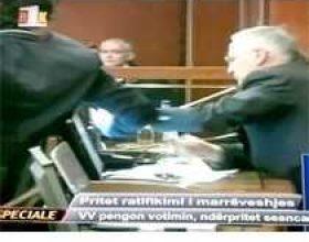 Tensionohet situata në Kuvend, Kurti ia rrëmben mikrofonin Krasniqit (Video)