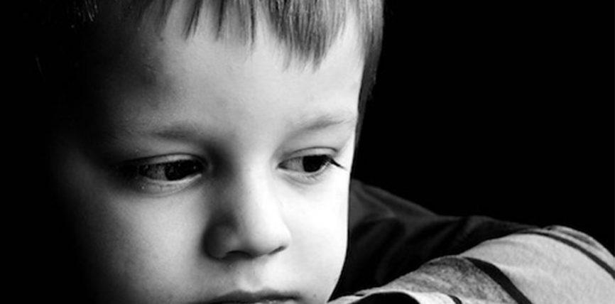 Dhjetë fjalë që shkatërrojnë fëmijën tënd