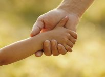 Mos i mesoni femijet tuaj te jene te pasur, por mesojini ata te jene te lumtur