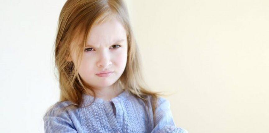 Si të silleni me një fëmijë agresiv