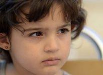 Si të qetësoni një fëmijë të llastuar dhe të tërbuar: Ja 5 këshilla nga pediatri!