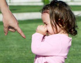 A është e drejtë apo e gabuar t'i puthësh fëmijët në buzë?