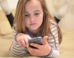 5 mënyra si të bindni fëmijën e vogël se nuk ka nevojë të përdorë smartfonët