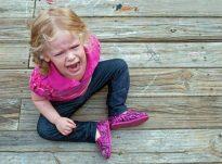 Si të silleni me një fëmijë që i kërkon gjërat me të qarë?