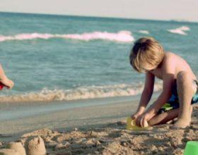Mjekët paralajmërojnë prindërit: Ruani fëmijët nga i nxehti