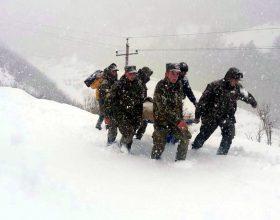 Nuk është film: ushtarakë shqiptarë, tre orë në këmbë duke transportuar gruan e sëmurë