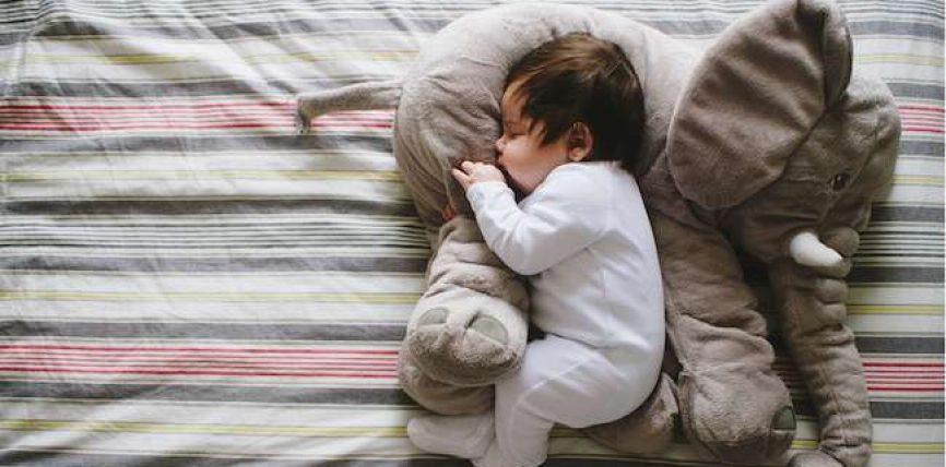 Pse duhet të flini në anën e djathtë ?