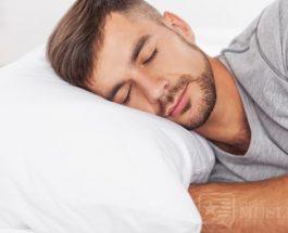 Të flesh në krahun e djathtë duke vendosur dorën poshtë faqes, qetëson trupin dhe ndihmon që gjumi të na zërë sa më shpejt