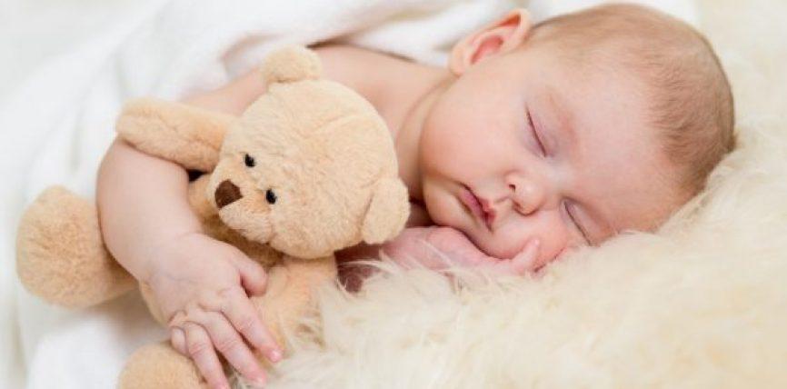 Gjumi i foshnjave gjatë natës dhe gabimet e mëdha që bëjnë prindërit