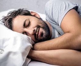 Pejgamberi (salall-llahu alejhi ue selem) para se të shtrihej për të fjetur,ulej mbi shtrat, ngrinte shuplakat drejt fytyrës e këndonte suret