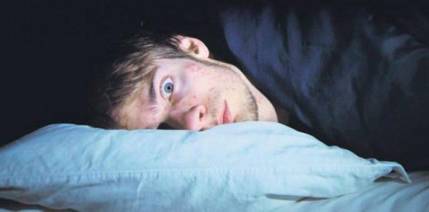 Nëse e keni ndjerë ndonjëherë trupin tuaj të dridhet teksa flini gjumë, ja çfarë po ndodh me ty!