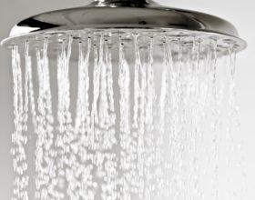 Hedhja e ujit të nxehtë në tualet