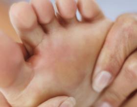 Mos injoroni këto tre simptoma të këmbëve, mund të paralajmërojnë një problem të madh shëndetësor