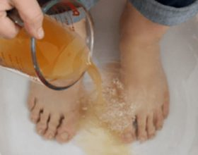 3 metodat si të largoni helmet nga trupi juaj nëpërmjet këmbëve