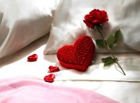 Prej cilësive të gruas së mirë, është që ajo ta gëzojë/lumturojë burrin e saj kur ai e sheh atë