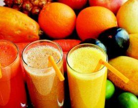 Çfarë rekomandojnë dietologët, lëng frutash apo fruta?
