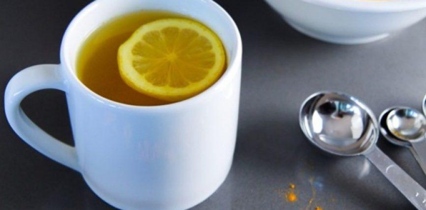 Ujë të ngrohtë me limon dhe shafran të Indisë: Eliksir i vërtetë i mëngjesit