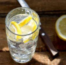 Për të humbur peshë, mjafton vetëm ujë me limon