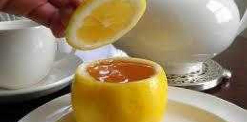 Servoje nga limoni një pije të ëmbël