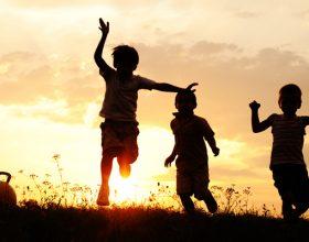 Mundohu ti gëzosh të afërmit tu, që të jesh i lumtur ti dhe të tjerët përreth teje