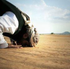 Ai është qe i përgjigjet nevojtarit kur ai e thërret – Psikologjia Islame