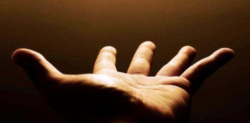 Një lutje e vogël për ty, laja duart nënës tënde!