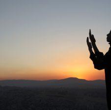 Luteni Zotin tuaj, të përulur e në heshtje