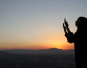 Kujt i inspirohet berja sa me shume lutje Allahut, Allahu ka dashur t'i pergjigjet lutjes se tij