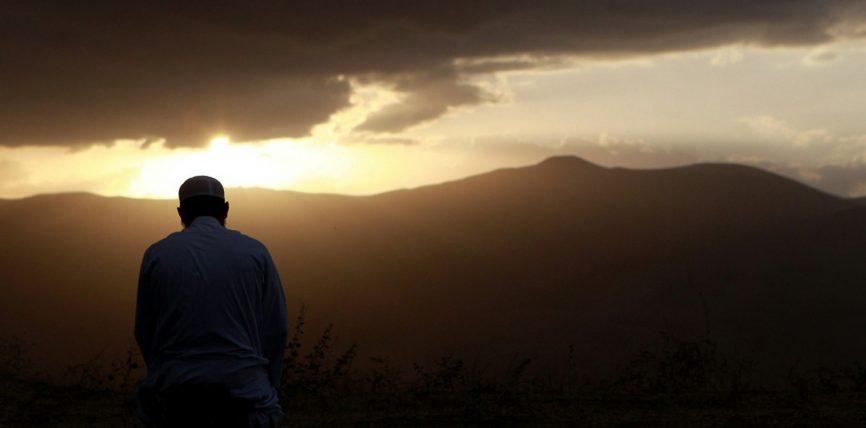 Ai të cilit i janë shtuar hallet dhe trishtimet dhe dëshpërimet le të thotë sa më shpesh fjalën
