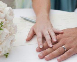 Burri duhet ta vendosë dorën e tij në ballin e bashkëshortes kur hynë te ajo