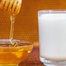 Shërimi me qumësht dhe mjaltë,ilaçi (pija me vlera ushqyese) që kemi nevojë në mëngjes dhe mbrëmje