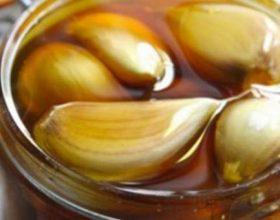 Bëni këtë përzierje super të fuqishme mjaltë – hudhër në momentin kur filloni të sëmureni