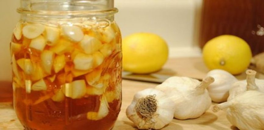Ja çfarë ndodh nëse hani hudhër me mjaltë