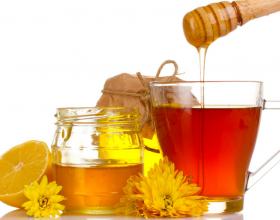 Mos lejoni tju mashtrojne!Nje bletar tregon dallimin midis mjaltit origjinal dhe atij te rreme!